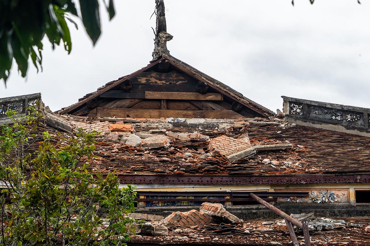 Hệ thống ngói điện Thái Hòa bị hư hại. Ảnh: Võ Thạnh