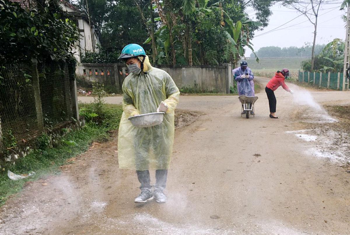 Nhà chức trách rắc vôi khử trùng tại các địa phương xảy ra dịch bệnh. Ảnh: Đức Hùng
