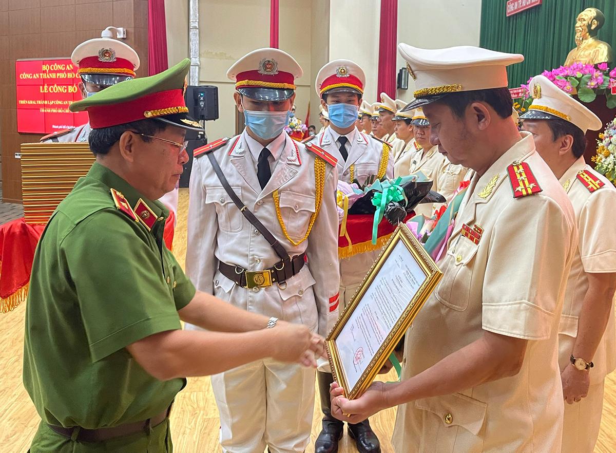 Đại tá Nguyễn Hoàng Thắng nhận quyết định. Ảnh: Quốc Thắng,