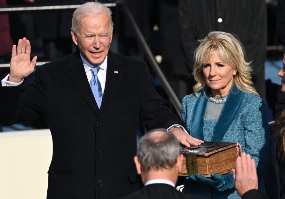 Tổng thống đắc cử Joe Biden tuyên thệ trước sự chứng kiến của Chánh án Tòa án Tối cao Mỹ John Roberts hôm 20/1. Ảnh: AFP.