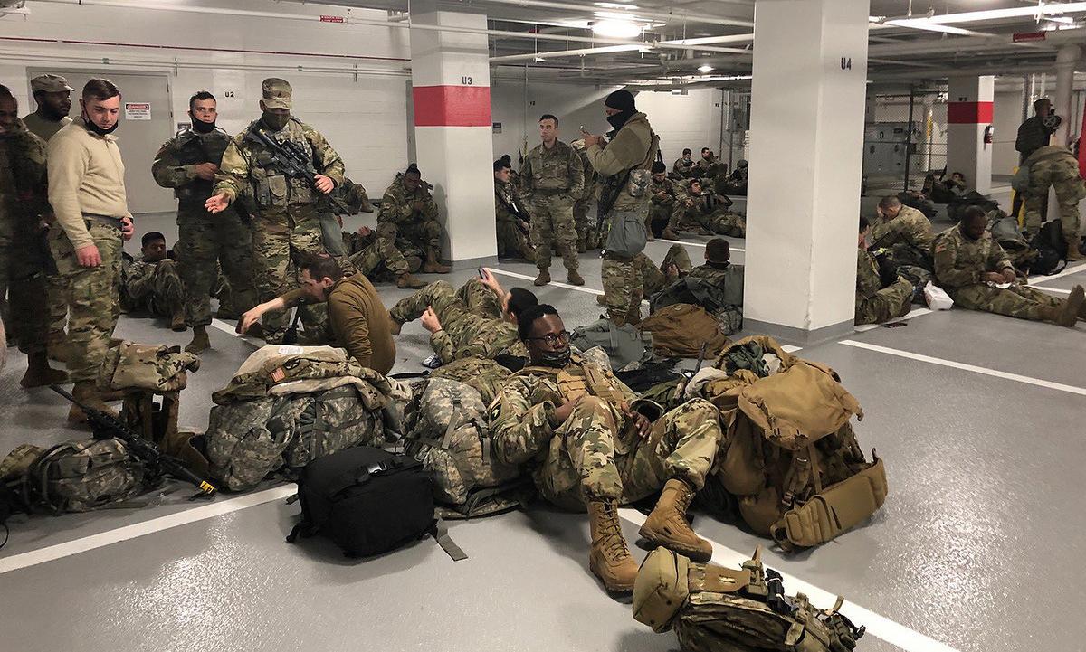 Lính Vệ binh Quốc gia Mỹ ngủ trong hầm xe Đồi Capitol hôm 21/1. Ảnh: Twitter/Senator Tim Scott.