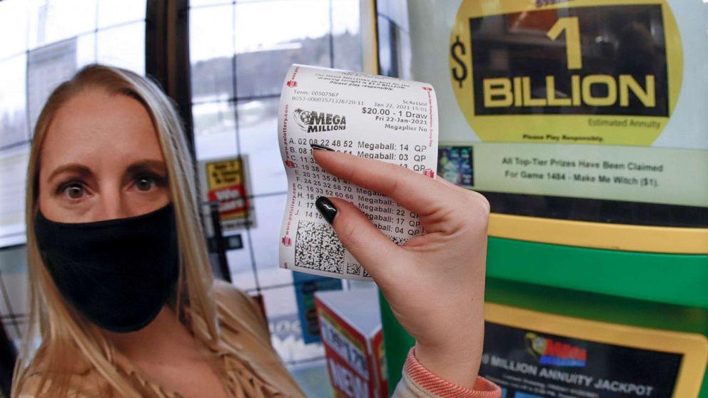 Một phụ nữ mua vé số Mega Millions tại một tiệm tạp hoá ở Cranberry Township, bang Pennsylvania. Ảnh: AP.