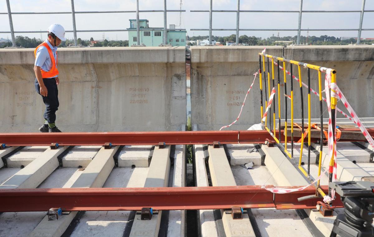 Kỹ sư kiểm tra ở vị trí bị sự cố tại dầm cầu cạn trụ P14-10, hồi tháng 11/2020. Ảnh: Quỳnh Trần.