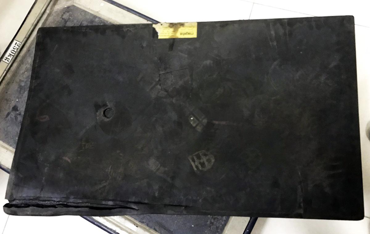 Gối cao su tại trụ cầu khu vực giữa ngã tư Thủ Đức và Bình Thái được tháo dỡ ra ngoài sau khi phát hiện xê dịch. Ảnh: Phạm Quỳnh.