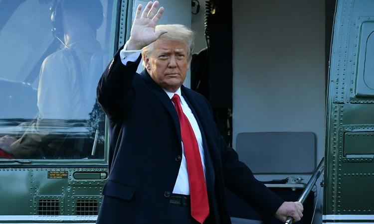 Cựu tổng thống Mỹ Donald Trump vẫy tay khi lên trực thăng rời Nhà Trắng hôm 20/1. Ảnh: AFP.