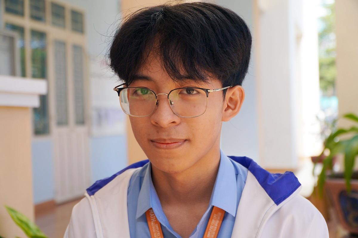 Phạm Trần Tuấn Anh nói về sự yêu thích môn Văn vừa đạt giải nhất. Ảnh: Trần Hoá.
