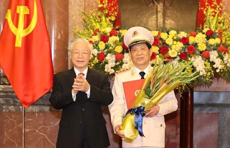 Tổng Bí thư, Chủ tịch nước Nguyễn Phú Trọng trao Quyết định thăng cấp bậc hàm từ Trung tướng lên Thượng tướng cho Thứ trưởng Công an Nguyễn Văn Sơn.