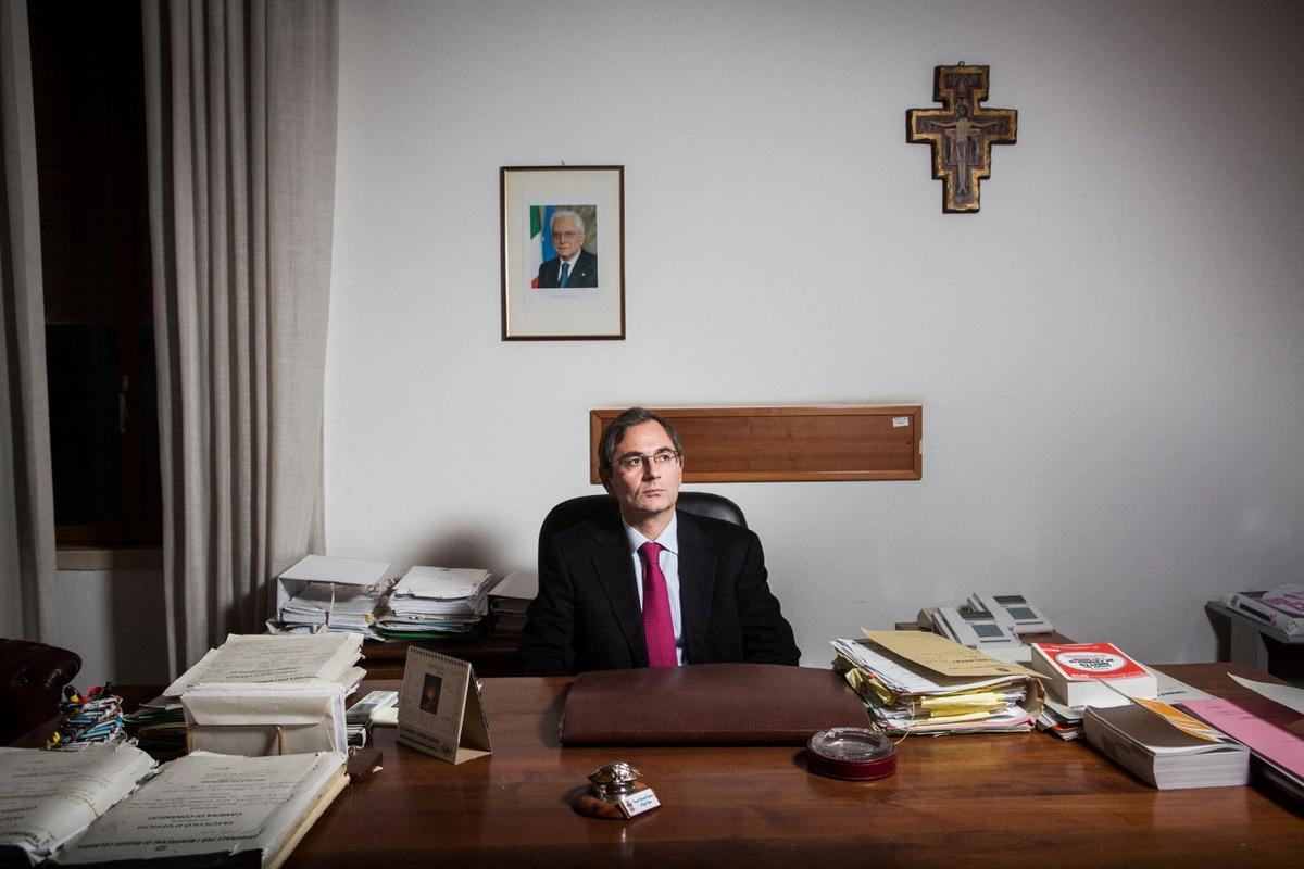 Thẩm phán Roberto Di Bella cho rằng việc cắt đứt quan hệ sẽ cho trẻ xuất thân từ gia đình mafia cơ hội sống cuộc sống đời thường. Ảnh: The New York Times.