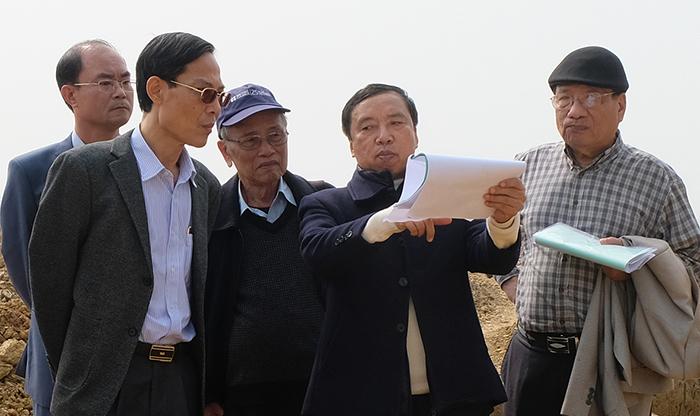 Phó giáo sư, tiến sĩ Tống Trung Tín, Chủ tịch Hội khảo cổ học Việt Nam (thứ hai từ phải sang) thông báo kết quả khai quật ngày 24/1. Ảnh: Lam Sơn.