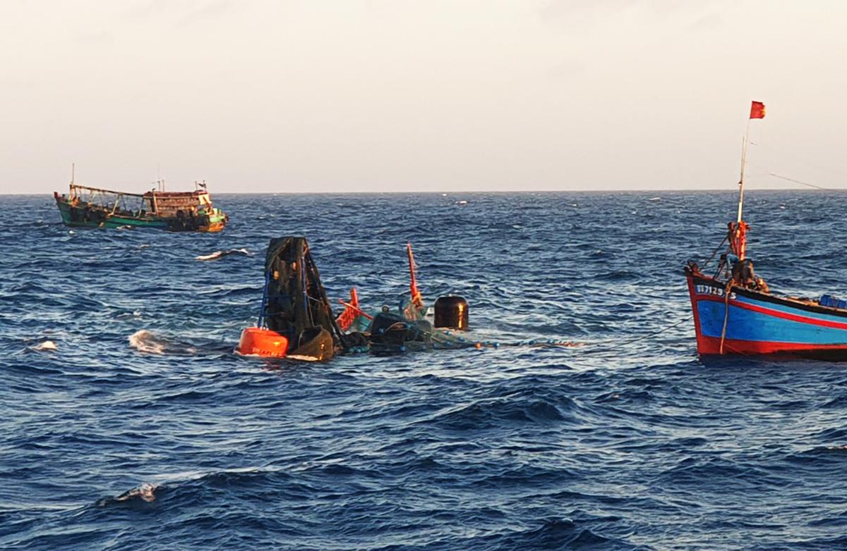 Con tàu gặp nạn khi được trục vớt lên mặt nước. Ảnh: Hàng hải Việt Nam.