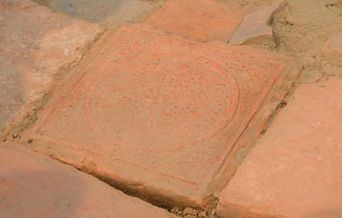 Một viên gạch vuông có hoa văn rất đẹp vừa được phát hiện trong khu vực nội thành. Ảnh: Lam Sơn.