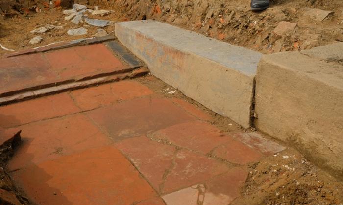 Phần nền móng với gạch đá còn khá nguyên vẹn mới phát lộ. Ảnh: Lam Sơn.