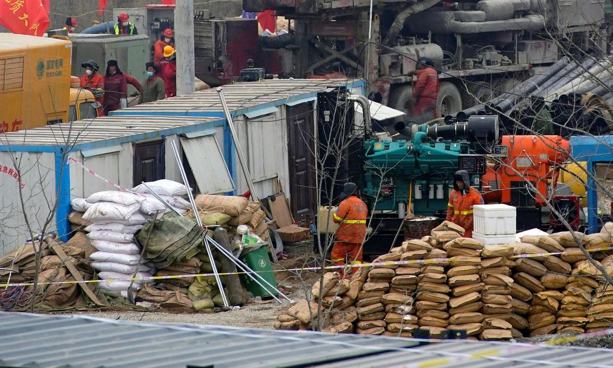 Lực lượng cứu hộ tại hiện trường nổ mỏ vàng ở tỉnh Sơn Đông hôm 22/1. Ảnh: Reuters.
