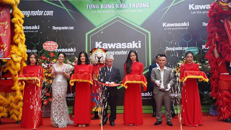Đại diện Kawasaki – Thưởng Motor cắt băng khai trương showroom mới. Ảnh: Huy TH.