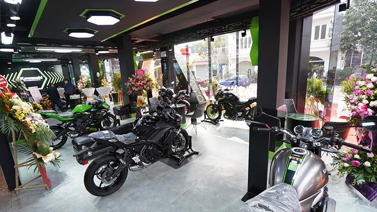 Các mẫu xe Kawasaki chính hãng trưng bày tại showroom.