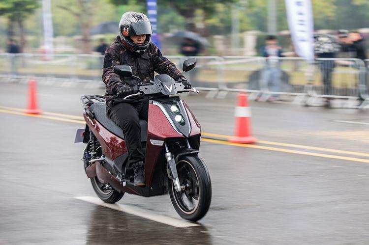 Người dùng lái thử xe tại lễ ra mắt Theon tại Hà Nội.