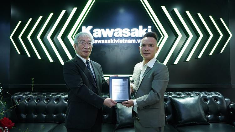 Ông Tanigawa Takeshi (bên trái), Giám đốc Kawasaki Motor Việt Nam trao chứng nhận showroom chính hãng mới cho ông Ngô Minh Thưởng, đại diện Thưởng Motor.