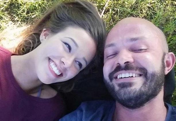 Charles Bryant bên cạnh bạn gái cũ Caitlyn khi tình cảm còn tốt đẹp. Ảnh: CBS News.