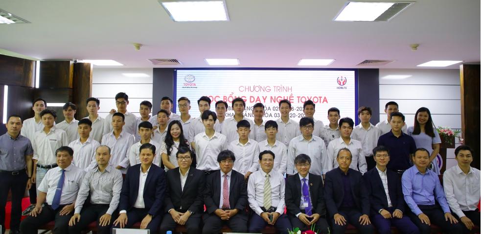 Quỹ Toyota phối hợp với Đại học sư phạm Kỹ thuật TP.HCM trao học bổng giúp sinh viên khó khăn có cơ hội học tập và tìm kiếm việc làm.