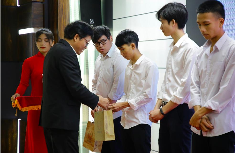 Học viên nhận học bổng của Toyota Việt Nam. Ảnh: Toyota Việt Nam.
