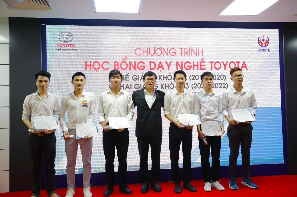 Ông Phạm Thanh Tùng, chủ tịch Quỹ Toyota trao học bổng cho các em sinh viên tại buổi lễ.