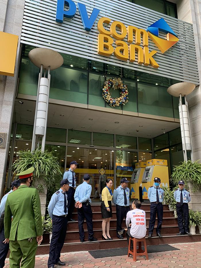 Hình ảnh anh Toàn đến trụ sở PVComBank đòi tiền. Ảnh: NVCC.
