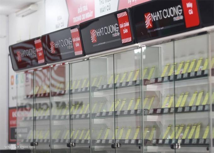 Tủ bày điện thoại trong cửa hàng Nhật Cường khi bị khám xét hồi tháng 5/2019. Ảnh: Tất Định.