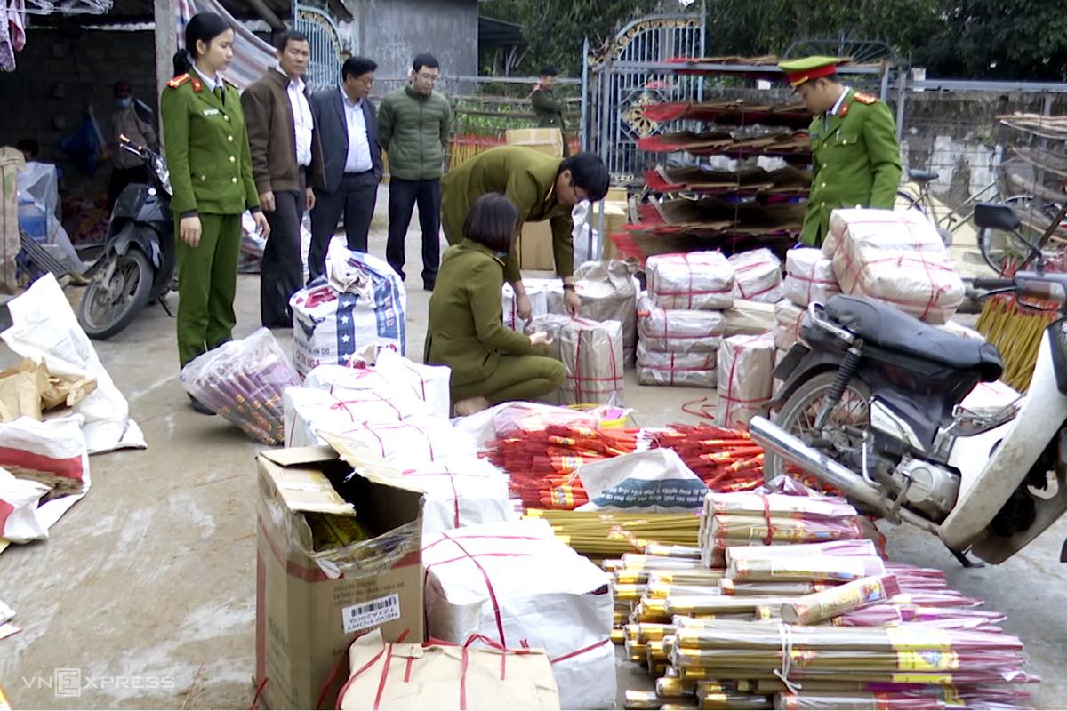 Nhà chức trách niêm phong, thu giữ tang vật. Ảnh: Quang Văn