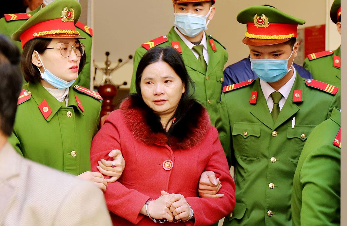 Bị cáo Hậu (áo đỏ) rời tòa tại phiên xử một tuần trước. Ảnh: Đức Hùng