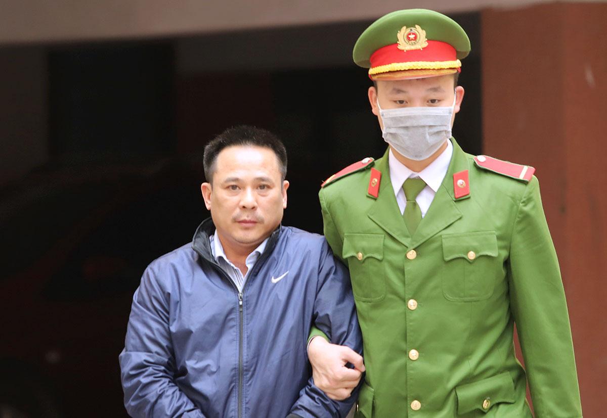 Bị cáo Hào (góc trái) trước sân tòa chiều 25/1. Ảnh: Đức Hùng