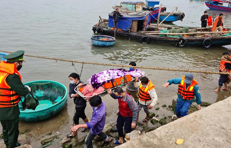 Lực lượng chức năng đưa thi thể nạn nhân vào bờ. Ảnh: Thanh Thủy