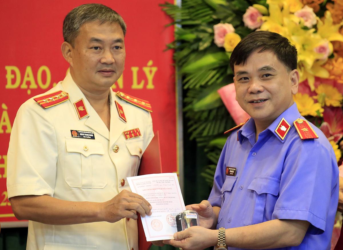 Viện trưởng VKSND TP HCM Đỗ Mạnh Bổng (phải) trao quyết định và con dấu cho ông Quách Thanh Giang. Ảnh: Hữu Công.