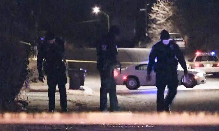 Các nhà điều tra thu thập bằng chứng gần hiện trường vụ thảm sát ở thành phố Indianapolis, bang Indiana hôm 24/1. Ảnh: NBC.