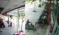 Năm người dàn cảnh trộm xe, bảo vệ không hề hay biết