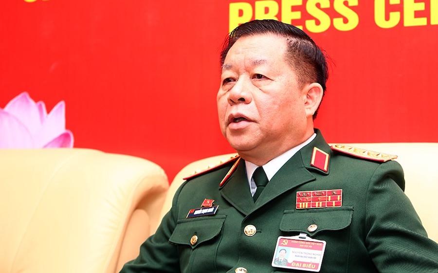 Thượng tướng Nguyễn Trọng Nghĩa trao đổi với báo chí bên lề Đại hội Đảng 13. Ảnh: Hiếu Duy