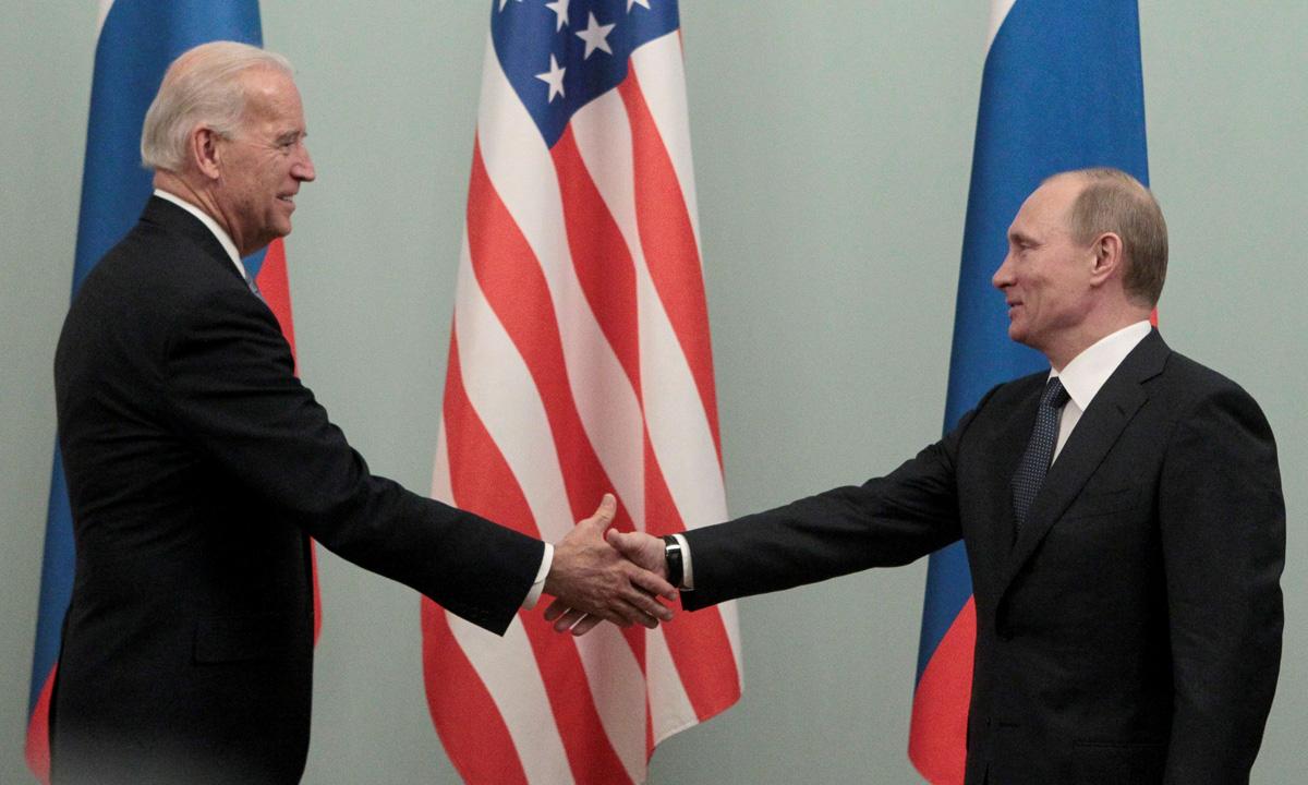 Joe Biden (trái) bắt tay Vladimir Putin trong cuộc gặp tại Moskva, Nga, hồi tháng 3/2011. Ảnh: Reuters.