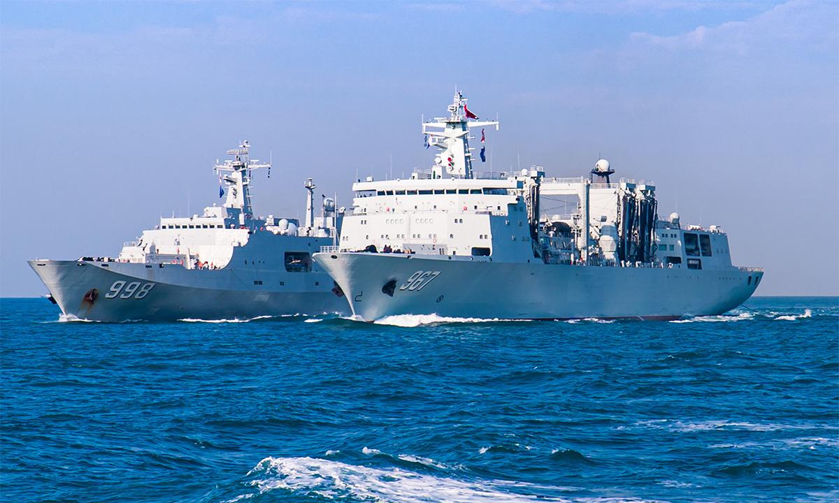 Tàu đổ bộ Côn Lôn Sơn và tàu hậu cần Tra Can Hồ diễn tập tại Biển Đông, ngày 14/1. Ảnh: PLA,