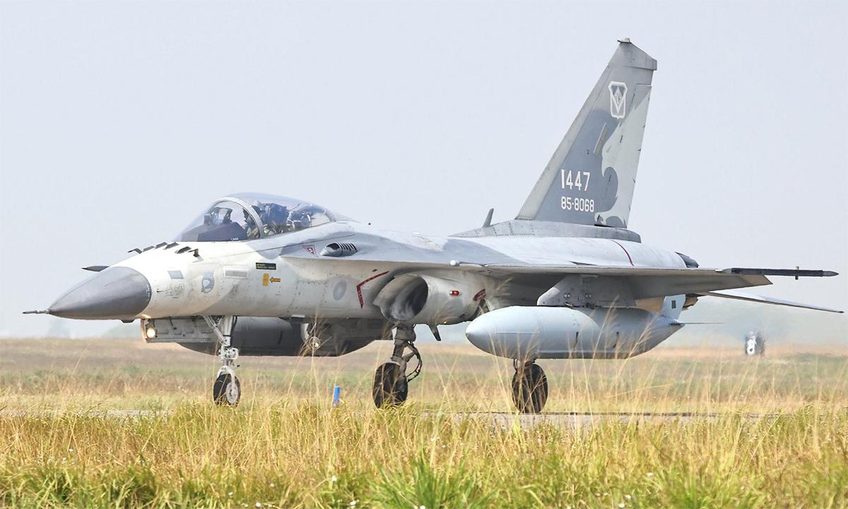 Tiêm kích IDF tại căn cứ phòng vệ trên không ở Đài Nam, đảo Đài Loan, Trung Quốc, ngày 26/1. Ảnh: Reuters.