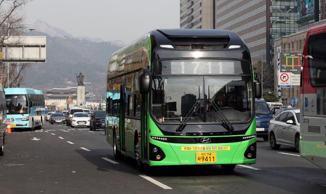 Một chiếc buýt điện chạy thử tại Gwanghwamun, Seoul vào tháng 11/2018. Ảnh: Digital Chosun