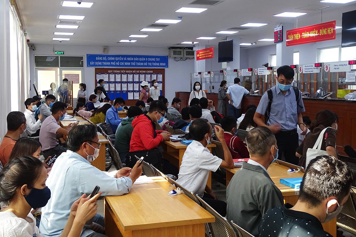 Người dân làm thủ tục, giấy tờ  tại khu vực 2 (UBND quận 9) của TP Thủ Đức, ngày 25/1. Ảnh: Hà An.