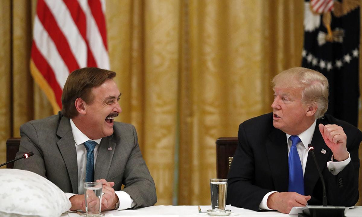 Mike Lindell, CEO của MyPillow, (trái) ngồi cùng cựu tổng thống Donald Trump tại Nhà Trắng năm 2017. Ảnh: AP.