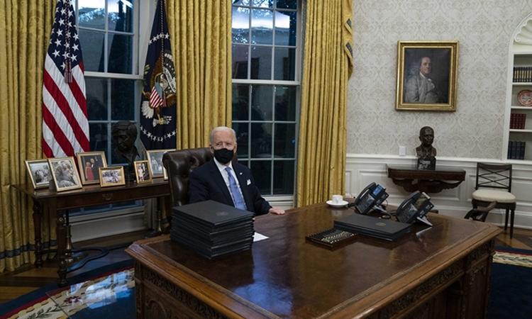 Bàn làm việc của Biden không có nút gọi hôm 20/1. Ảnh: AP.