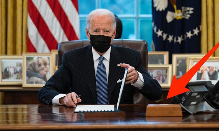Hộp gỗ có nút gọi xuất hiện trên bàn làm việc của Tổng thống Mỹ Joe Biden tại Nhà Trắng hôm 25/1. Ảnh: AP.