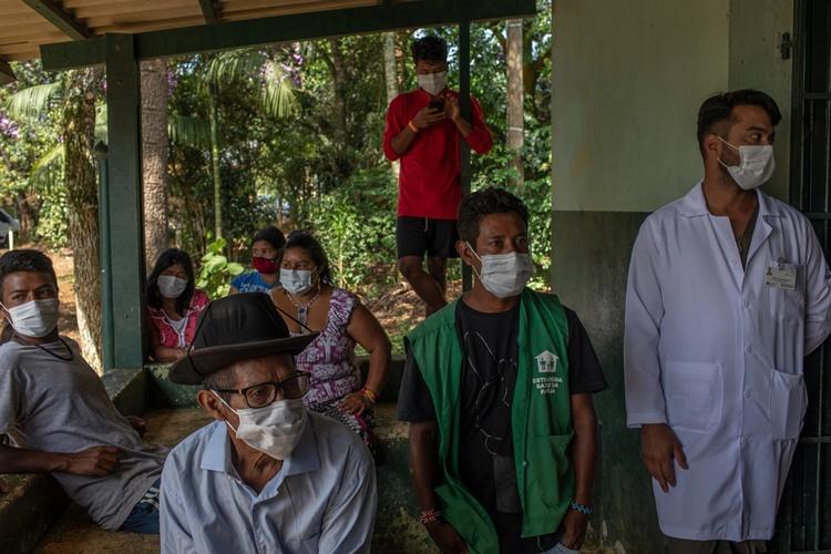 Người dân bản địa Brazil chờ tiêm vaccine Sinovac ở Sao Paulo. Ảnh: NYTimes.