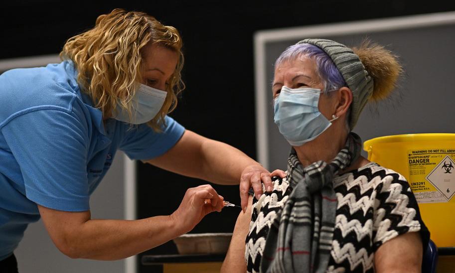 Quá trình tiêm vaccine Covid-19 của Oxford/AstraZeneca được triển khai tại một trung tâm tiêm chủng ở Brighton, phía nam Anh, hôm 26/1. Ảnh: AFP.