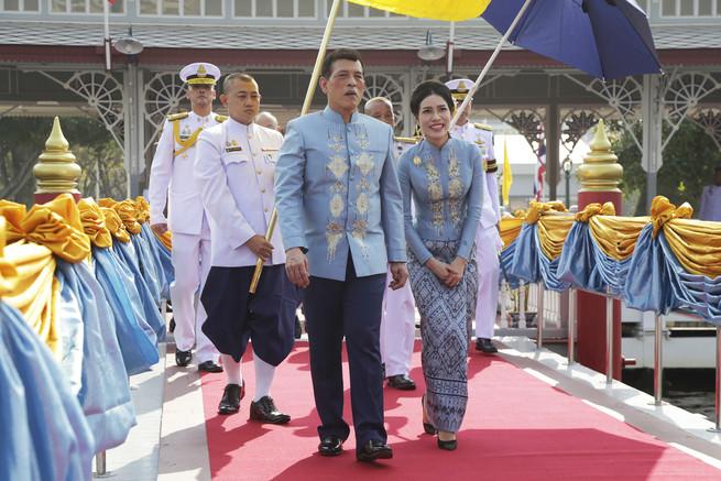 Nhà vua và Hoàng quý phi Thái Lan trong buổi lễ mừng sinh nhật 36 tuổi hôm 26/1. Ảnh: EPA