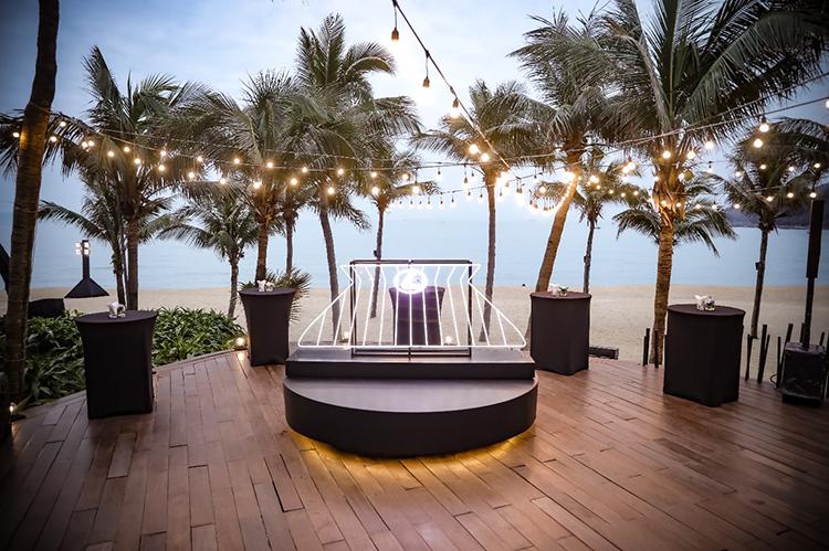 Bục trang trí mô phỏng lại lưới tản nhiệt hình con suốt cỡ lớn của Lexus tại khu vực chào đón khách dự sự kiện. Điểm đến đầu tiên của hành trình Lexus Signature 2021 là khu nghỉ dưỡng InterContinental Đà Nẵng, một trong những resort đẹp nhất tại thành phố biển.