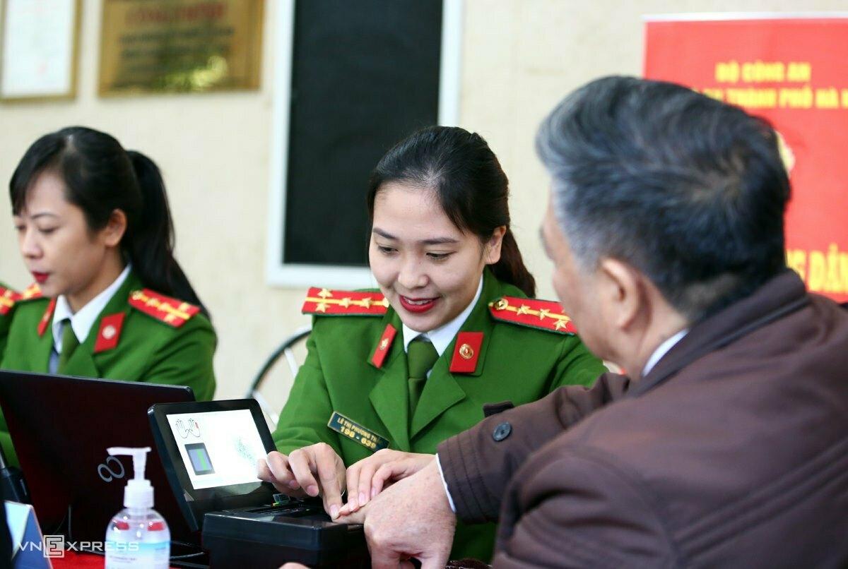 Nữ cảnh sát thu nhận dữ liệu để làm thẻ căn cước gắn chip tại trụ sở Công an TP Hà Nội, sáng 31/12. Ảnh:Phương Sơn