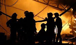 Khói lửa bao trùm xưởng vải ở Sài Gòn
