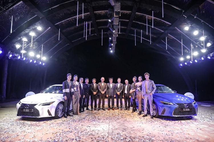Ban lãnh đạo Lexus Việt Nam chụp ảnh cùng các người mẫu tại lễ ra mắt Lexus IS phiên bản mới. Mẫu xe này được hãng Nhật coi là ngôi sao của bữa tiệc.
